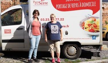 L'équipe de livraison du portage de repas avec le camion frigorifique
